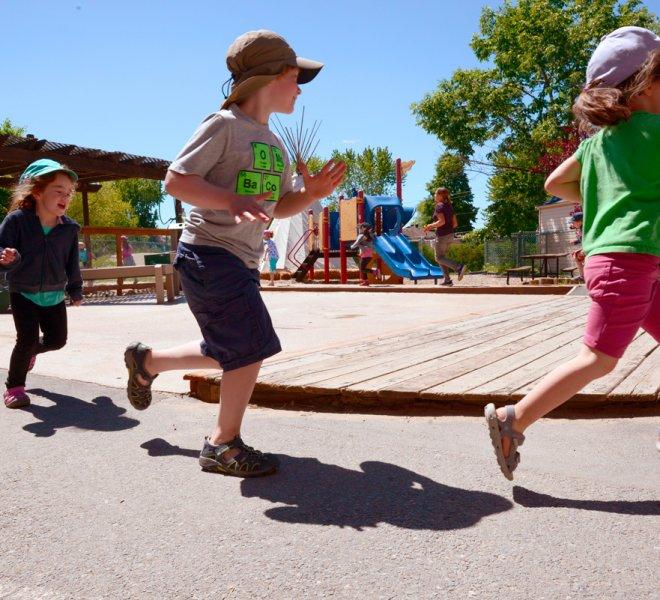Enfants jeu extérieur