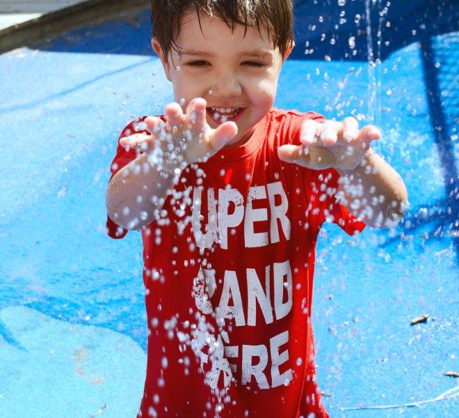 Enfant jeux d'eau